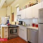 """Do đồ đạc quá nhiều nên dù chủ nhà có ý thức giữ gìn thì khu bếp cũng không thể ngăn nắp như mong muốn. Chiếc tủ lạnh """"lạc chỗ"""" cũng tốn thêm diện tích đáng kể"""