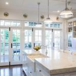 Đảo bếp làm bằng đá hoa cương sang trọng bóng loáng vừa là bồn rửa vừa là bàn ăn