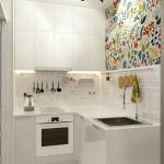 Giấy dán tường hoặc tranh tường họa tiết hoa lá với màu sắc tươi mới giúp tăng sức sống cho phòng bếp màu trắng