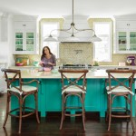 Nét đơn giản của phòng bếp được tạo nên từ vài chiếc ghế gỗ mộc